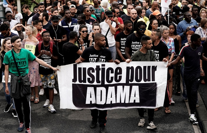 O ato contra a morte do jovem francês teve confrontos com a polícia, que deteve 18 pessoas (Foto: Kenzo Tribouillard/AFP)