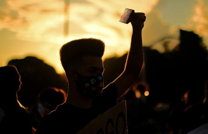 """""""Recua fascista, recua, é o poder popular que está na rua"""", cantavam os manifestantes. (Foto: Calr de Souza / AFP)"""