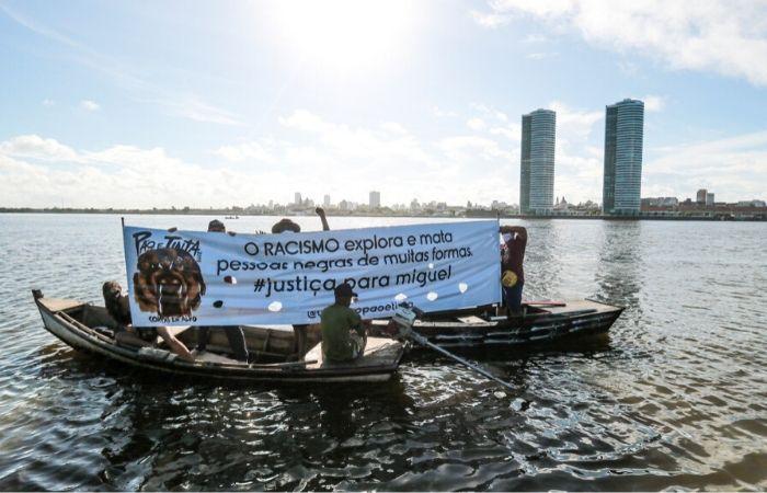Em barcos, manifestares estenderam faixa e pediram justiça (Tarciso Augusto/Esp. DP Foto)