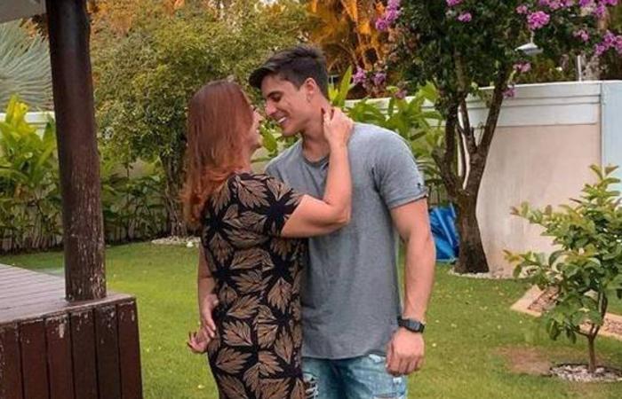 O casal tinha assumido a relação em 11 de abril quando ambos publicaram a mesma imagem nas redes sociais em clima de romance (Foto: Reprodução/Instagram)