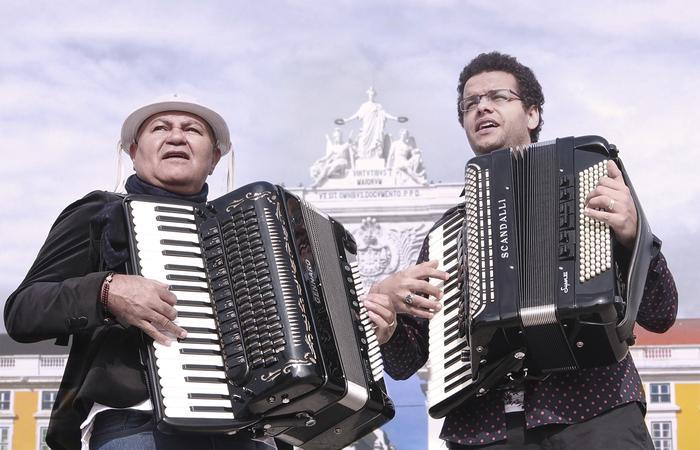 A narrativa de Estradar é costurada pela história do mestre alagoano Gennaro (ex-Trio Nordestino) e o cantor Fabianno Santana (Foto: Fred Alves/Divulgação)