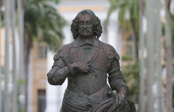 Estátua de Maurício de Nassau, na Praça da República, em Santo Antônio (Foto: Tarciso Augusto/DP Foto)