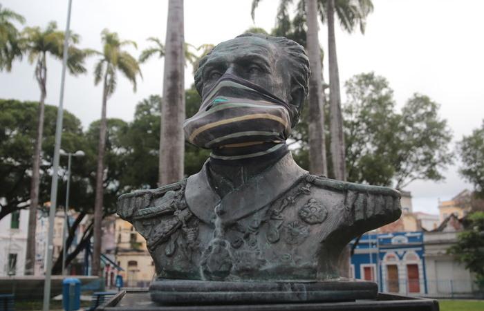 Almirante Marquês de Tamandaré, que comandou forças navais na Guerra do Paraguai, na Praça General Artur Oscar de Andrade Guimarães (Foto: Tarciso Augusto/DP Foto)