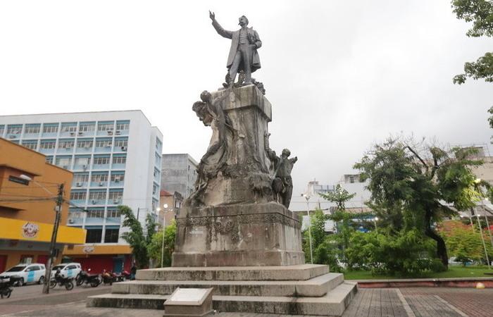 Monumento ao Abolicionista Joaquim Nabuco (João Bareta e Carrara e Pedro Mayol, 1915), em Santo Antônio, é um exemplo do 'salvador branco' (Foto: Tarciso Augusto/DP Foto)