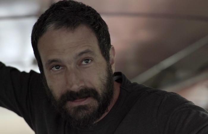 O diretor Caco Ciocler atua, ao longo do documentário, como um mediador de conflitos. (Foto: Divulgação)