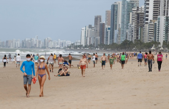Em Boa Viagem, o movimento foi intenso nesta manhã de domingo, com aglomeração, futebol e banho de mar (Foto: Leandro de Santana/DP)