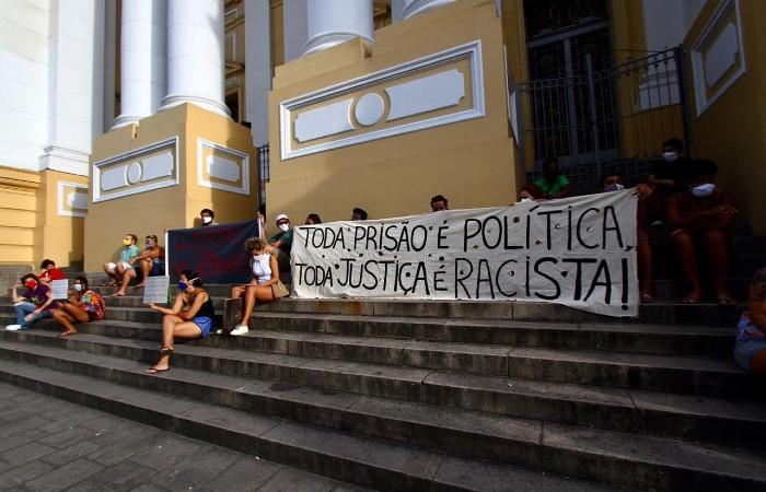 Grupo de ativistas foi à frente do TJPE protestar contra a prisão de Sara Rodrigues (Foto: Bruna Costa / Esp. DP Foto)