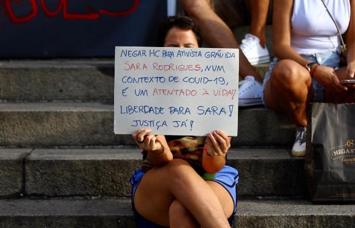 Manifestantes portaram cartazes contra a prisão preventiva da ativista grávida (Foto: Bruna Costa / Esp. DP Foto)