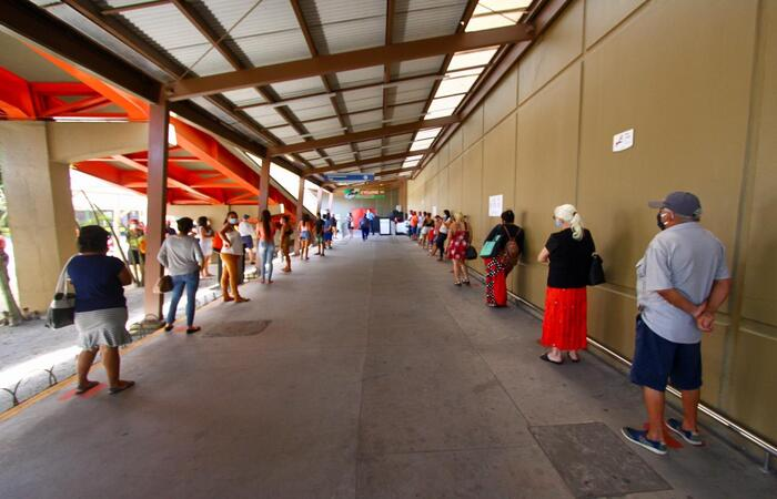 Uma fila se formou antes do meio dia no Tacaruna, mas com distanciamento respeitado. (Foto: Bruna Costa/ Esp. DP)