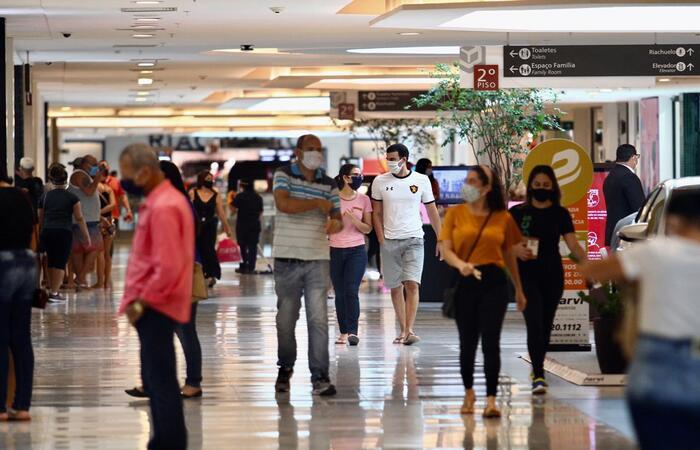 O Shopping Recife tem controle de fluxo nas portas sociais para respeitar a capacidade de 30%. (Foto: Bruna Costa/ Esp. DP)