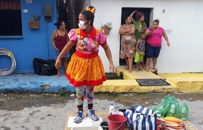 Os moradores podem assistir aos números circenses de suas casas, varandas, terraços e janelas (Foto: Escola Pernambucana de Circo/Divulgação)