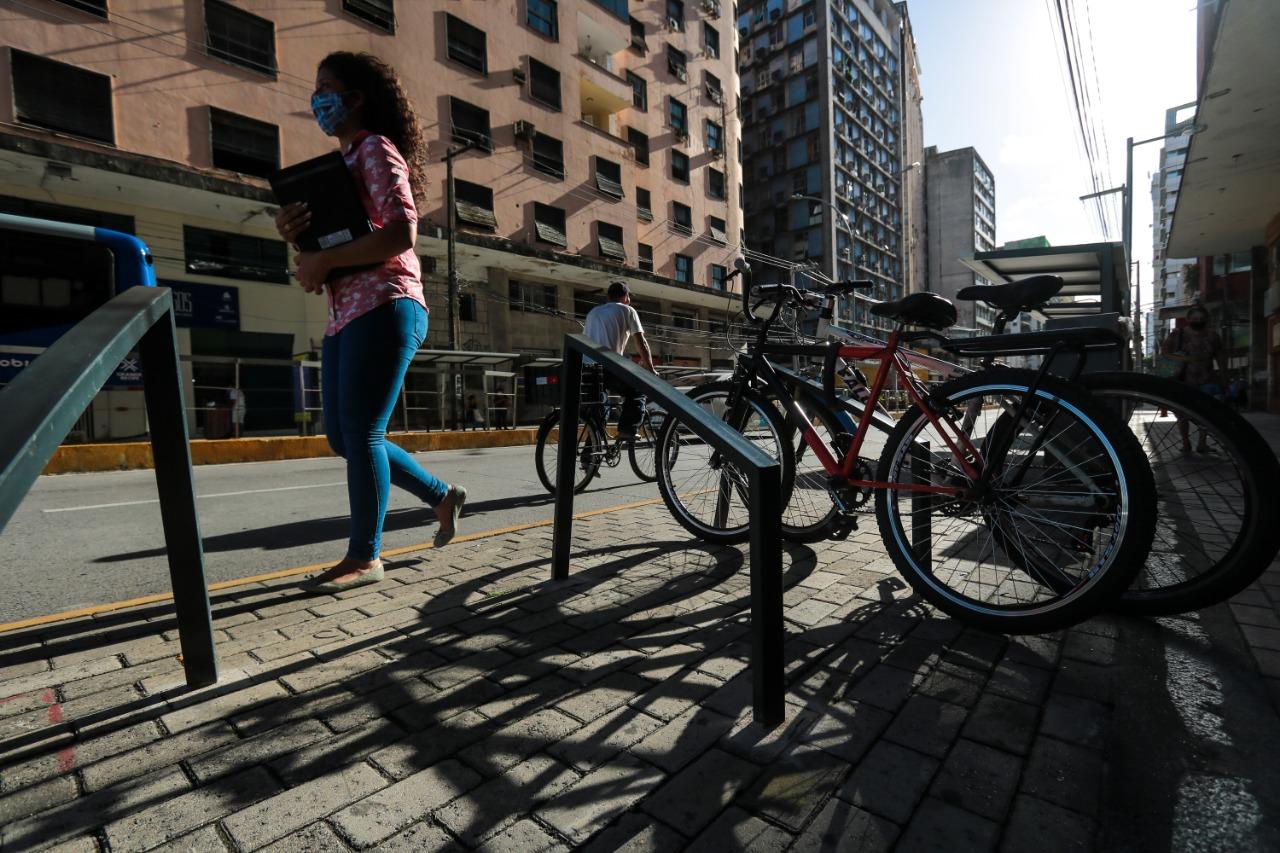 Apesar de bicicletário, não há ciclovias na avenida, só em vias paralelas (Tarciso Augusto/ DP Foto)