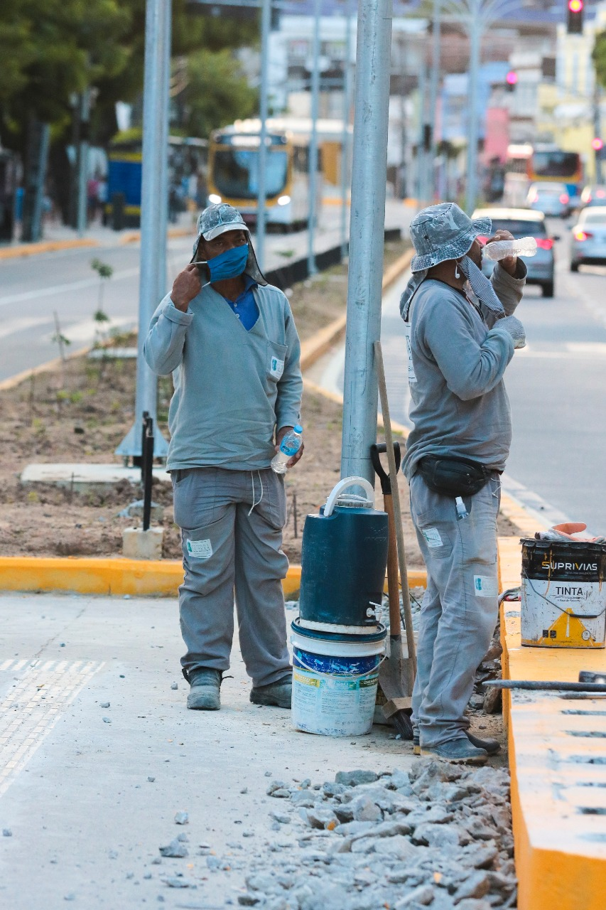Funcionários pintam trecho de concreto na avenida  (Tarciso Augusto/ DP Foto)