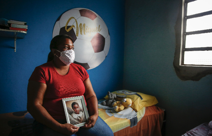 'Quero que ela (Sarí) seja condenada, presa, que pague pelo que fez com meu filho', diz Mirtes Renata, mãe do menino Miguel. (Foto: Paulo Paiva/DP.)