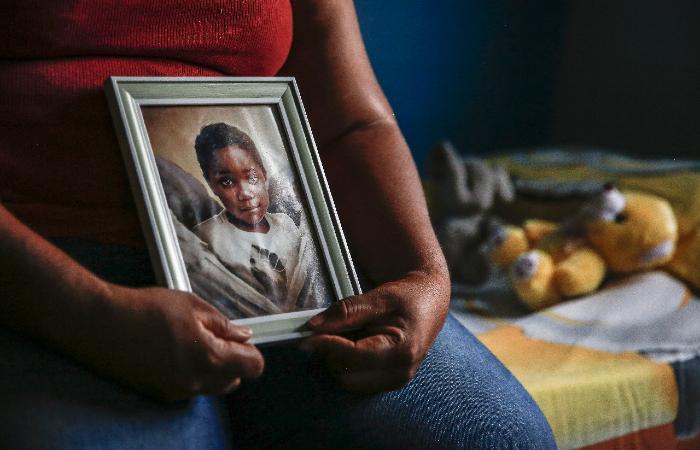 Mirtes guarda com carinho as lembranças do filho. (Foto: Paulo Paiva/DP.)