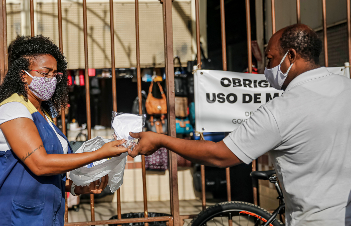 Distribuição de máscaras compradas de costureiras recifenses começou em 26 de junho. (Foto: Andréa Rêgo Barros/PCR.)