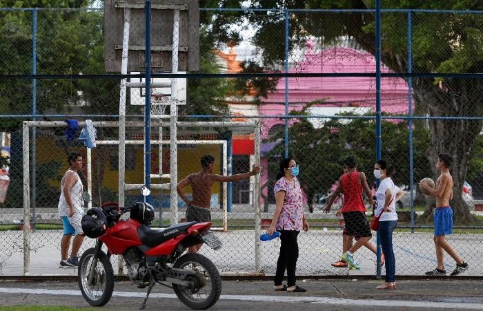 Jovens jogam bola sem máscaras na Praça da Várzea (Foto: Leandro de Santana / Esp. DP Foto)