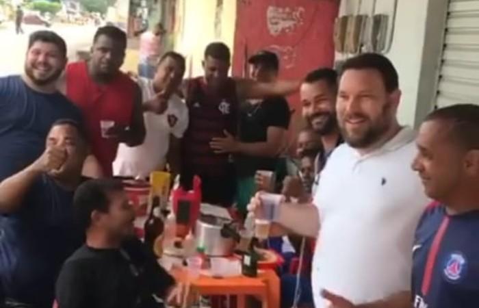 Parlamentar publicou vídeo em bar onde aparece sem máscara em aglomeração de pessoas também sem usar o equipamento (Foto: Reprodução / Instagram)