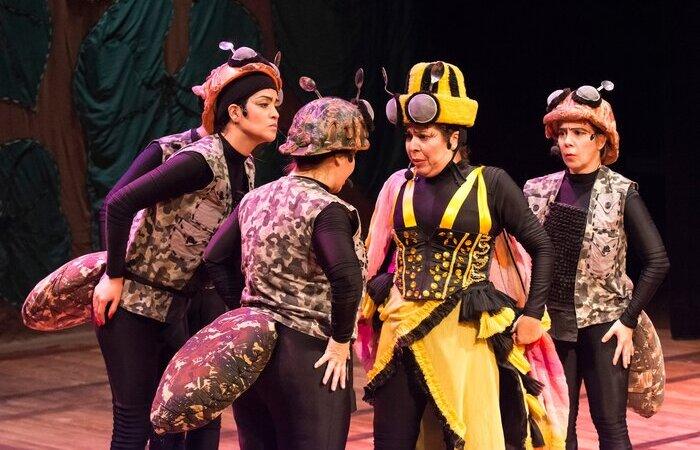 Na foto, a peça infantil Abelha Raina com Pelotão de Formigas. (Foto: Sayonara Freire/Divulgação)