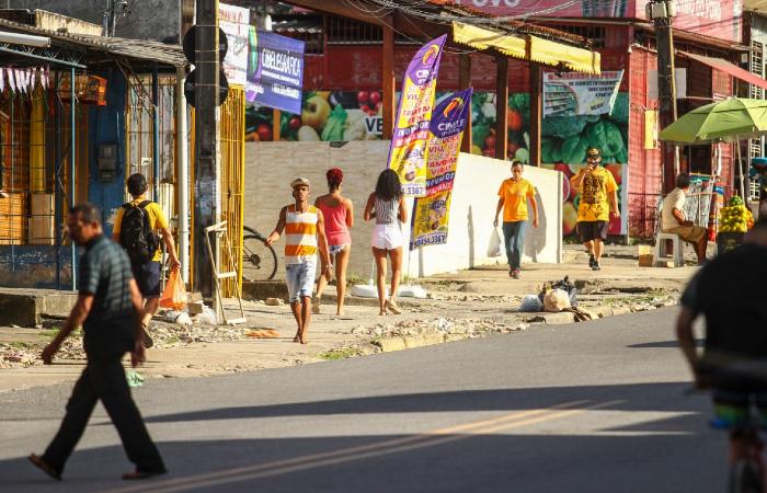Na Avenida Dois Rios, muitos circulavam sem máscaras na tarde desta segunda-feira (6). (Foto: Bruna Costa/Esp. DP.)