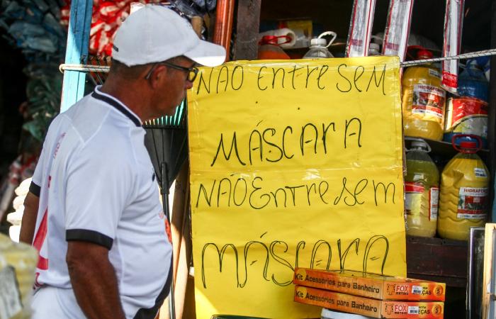 Aviso em loja na Cohab. (Foto: Bruna Costa/Esp. DP.)
