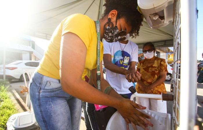 Estação Itinerante da prefeitura leva dicas de higiene à população, como a forma correta de lavar as mãos. (Foto: Bruna Costa/Esp. DP.)
