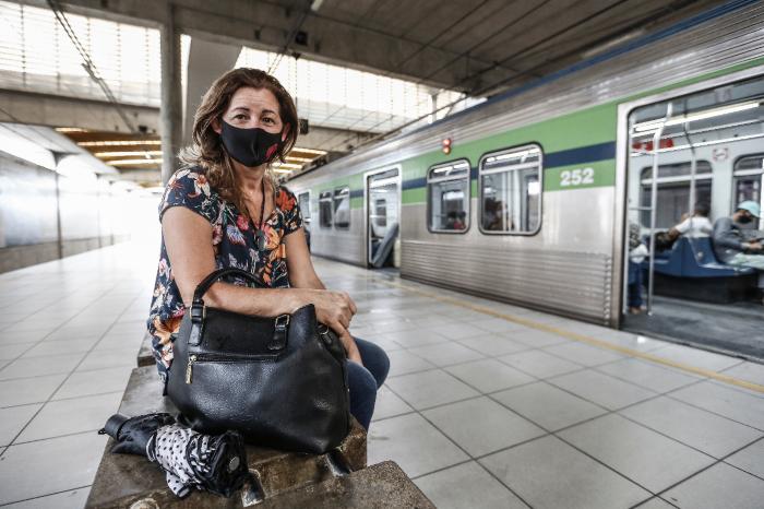 A técnica de enfermagem Luciana Cardoso, 50, depende do transporte e critica falta de manutenção. (Foto: Paulo Paiva/DP FOTO.)