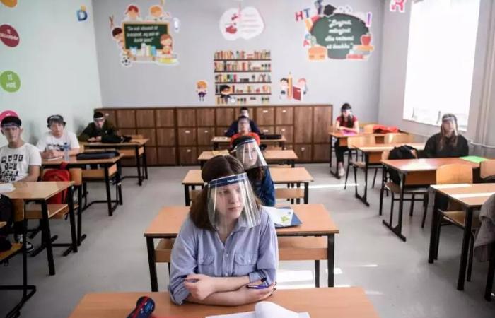 A solução poderá ser usada em locais com maior concentração de pessoas, como escolas e hospitais (Foto: AFP / Armend NIMANI)