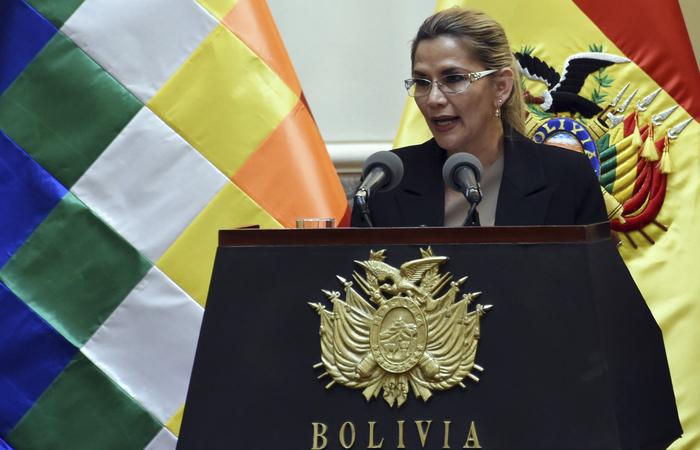 """Áñez disse que contraiu a doença por estar """"trabalhando de perto com as famílias bolivianas desde o início da pandemia"""" (Foto: Aizar Raldes/AFP)"""