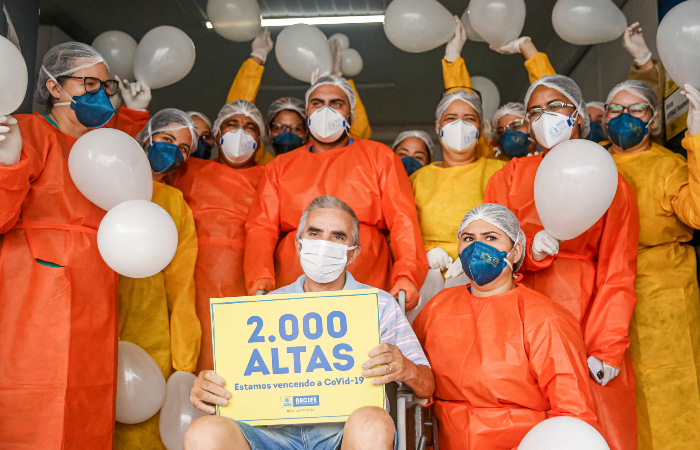 O porteiro Quitério Genivaldo celebrou, nesta sexta (10), sua cura. (Foto: Andréa Rêgo Barros/PCR.)