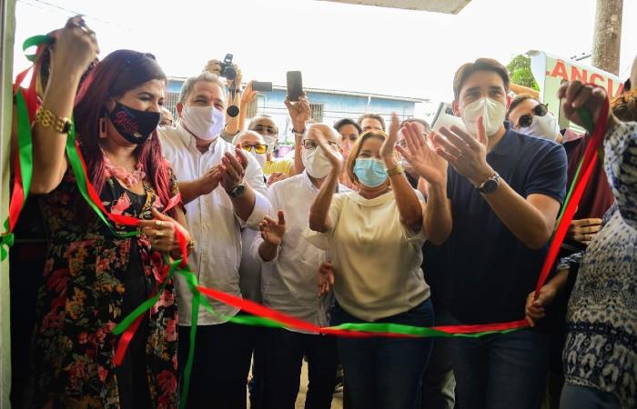 Os políticos não respeitaram o distanciamento social durante a reinauguração do centro médico (Foto: Victor Patrício / Prefeitura de Camaragibe)