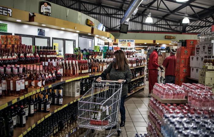 Loja de bebidas em Joanesburgo, na África do Sul: venda de álcool proibida no país. (Foto: Marco Longari/AFP.)
