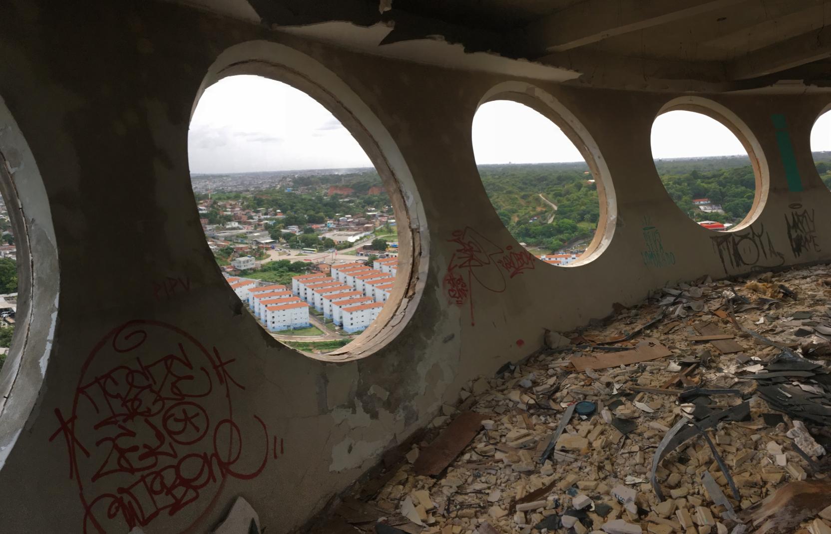 No primeiro pavimento da cúpula, forro de gesso foi destruído e entulhos se acumulam. Local abrigava a direção regional da TV. (Foto: Diogo Cavalcante/DP.)
