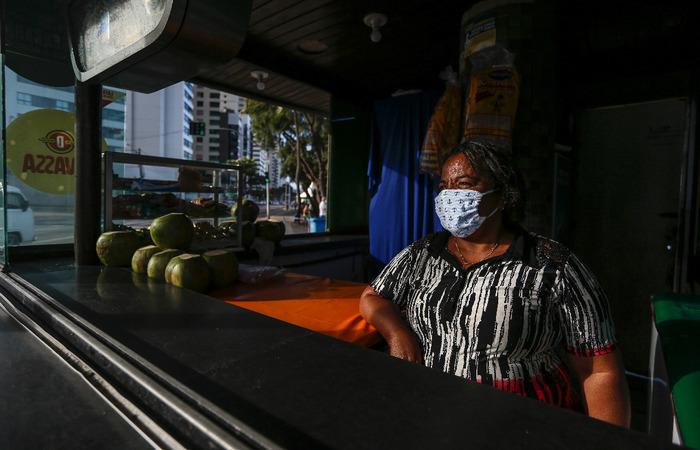 Maria Cícera, 55 anos, é dona de um dos quiosques prejudicados pela pandemia (Foto: Paulo Paiva/DP Foto)