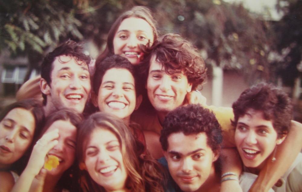 Na foto Váleria Ferro, André Lima, Solange Rocha, Lírio Ferreiro, Adelina Pontual, Patrícia Luna, Andréa Alves, Samuel Paiva e Cláudia Silveira no Jardim do Centro de Artes e Comunicação, em 1985. (Foto: Paulo Caldas/Acerco de Adelina Pontual)