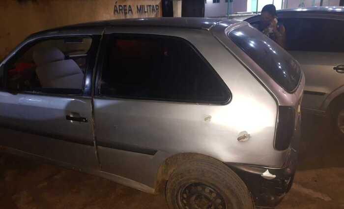 Carro foi alvejado em estrada que dá acesso a PE-90. Foto: Cortesia