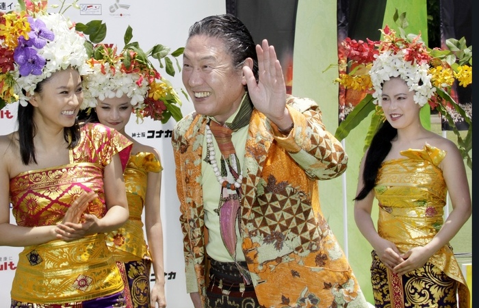 Kansai Yamamoto em evento de moda em Tóquio, em 2009 (Foto: Yoshikazu Tsuno/AFP)