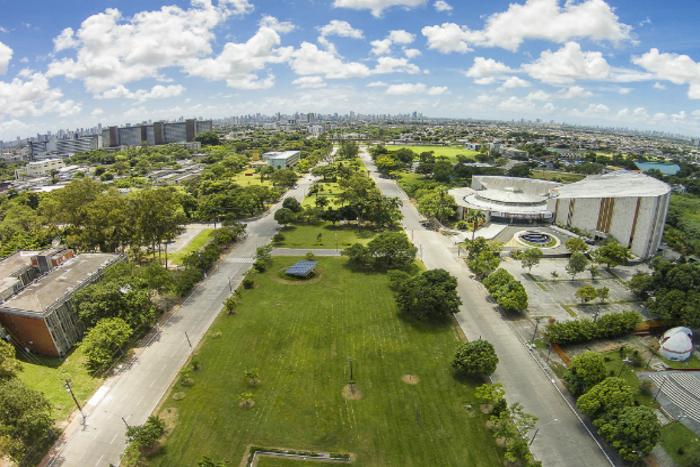 A UFPE (foto) e a UFRPE irão retomar as aulas da graduação no mesmo dia: 17 de agosto (Foto: UFPE/Divulgação)