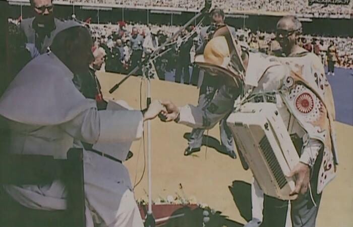 Luiz Gonzaga utilizando uma das peças de Mestre Aprígio em encontro com o Papa João Paulo II (Foto: TV Grande Rio/Reprodução)