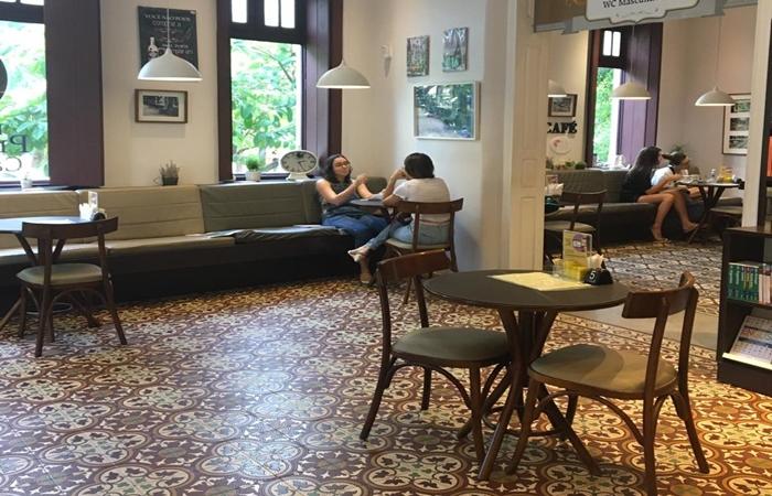 lLivraria Praça de Casa Forte possuem espaçamento entre as mesas e medidas adicionais de segurança. (Foto: Divulgação)