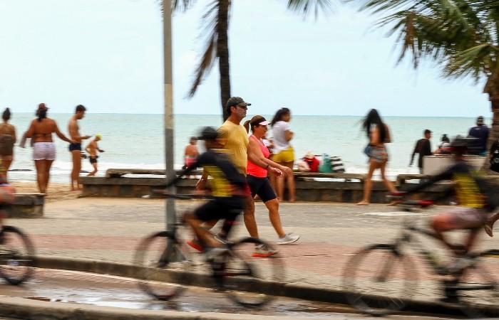 Na orla de Boa Viagem, não eram poucos os que circulavam sem máscaras. (Fotos: Bruna Costa / Esp. DP FOTO)
