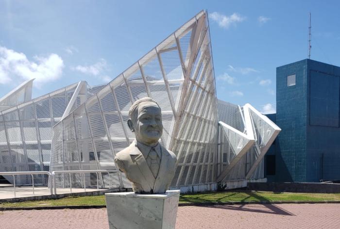Prático da barra do Porto do Recife, Nelcy Campos (busto) rebocou navio em chamas para alto mar.  (Foto: Peu Ricardo/DP.)