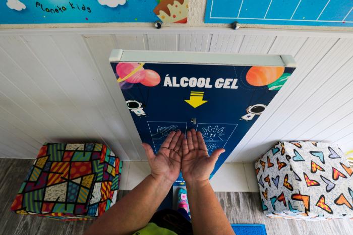 Protocolo estadual para o setor da educação exige presença de álcool para higienização das mãos nas escolas.  (Foto: Tarciso Augusto/Esp.DP)