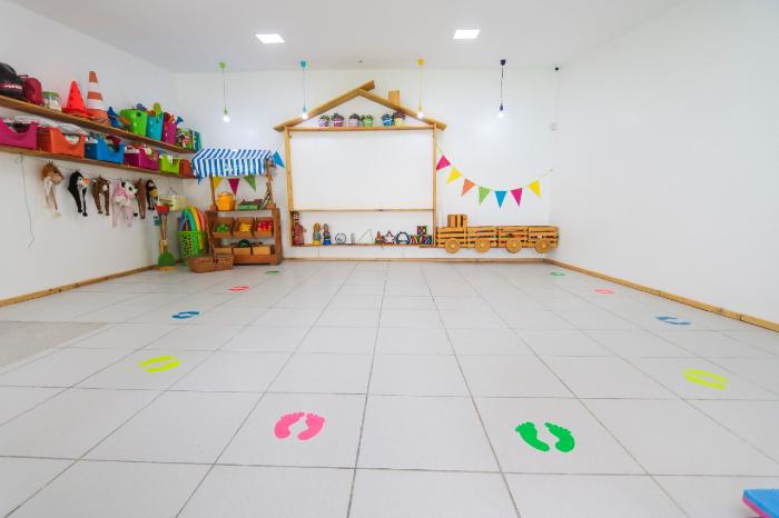 Para as crianças entenderem o distanciamento social, escola Planeta Kids desenhou onde cada aluno deve se posicionar. (Foto: Tarciso Augusto/Esp.DP)