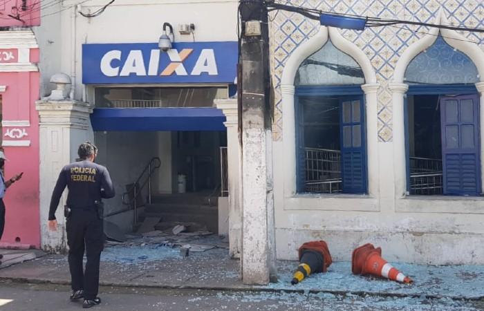 Polícia Federal foi até a agência da Caixa que foi alvo dos bandidos, localizada na  Rua Conselheiro João Alfredo, no Centro de Paudalho. (Foto: Divulgação/PF.)