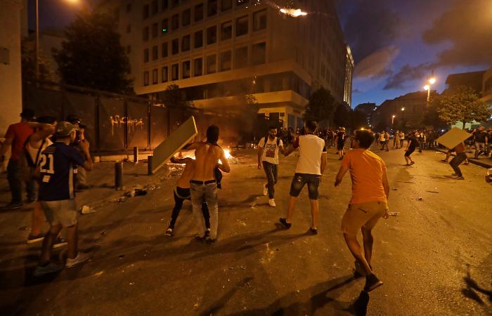É o segundo dia consecutivo de confrontos nas ruas do Líbano. (Foto: Joseph Eid/AFP.)