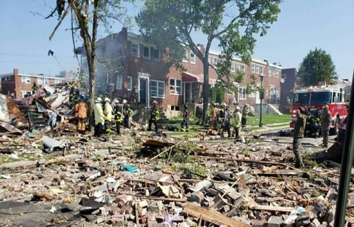 Explosão deixou três casas germinadas completamente destruídas  (Foto: Twitter/Reprodução/Baltimore County Fire Department)