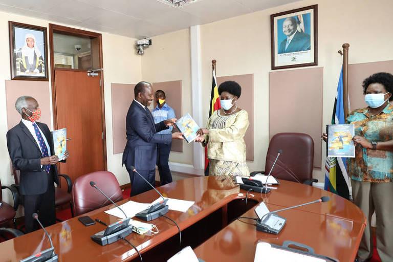 (O advogado Apollo Makubuya entrega petição para a mudança de nomes e monumentos de Uganda à presidente da Câmara do país, Rebecca Kadaga. Foto:Reprodução/Parlamento de Uganda)