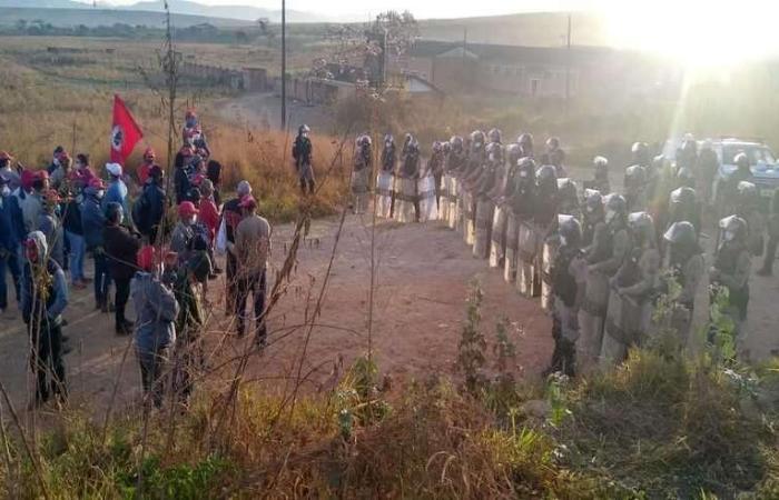Os manifestantes acusaram a PM de pôr fogo em acampamento do MST (Foto: MST)