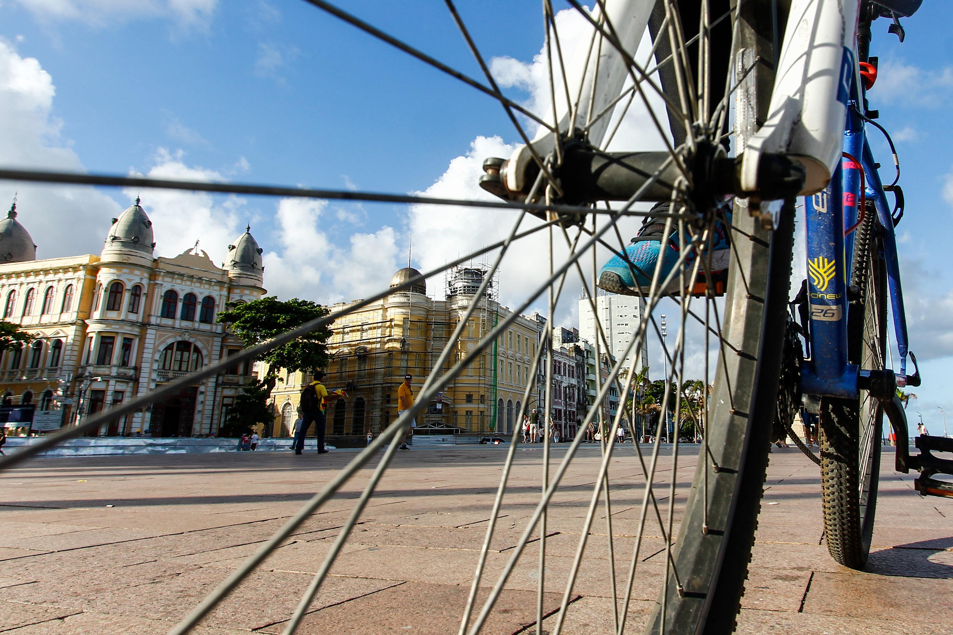 Associação Metropolitana de Ciclistas do Recife - Ameciclo estará  com faixas a partir das 13h em frente à Câmara Municipal do Recife ( Shilton Araújo/Arq DP)